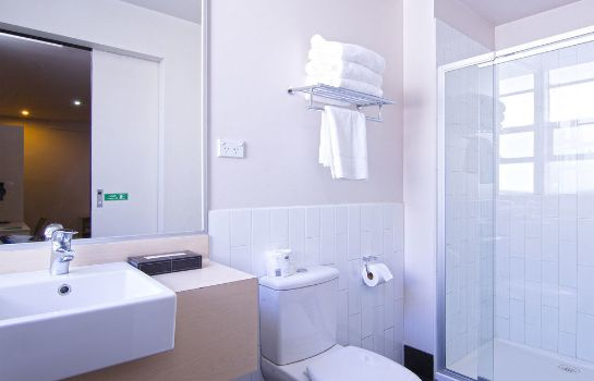 Bathroom Ibis Styles Kingsgate Hotel