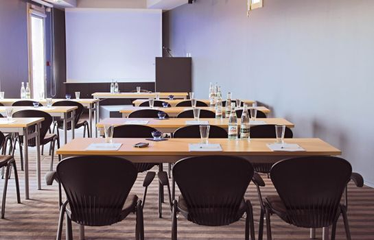 Meeting room Standing Hotel Suites by Actisource