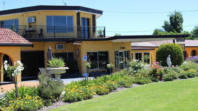 Exterior View Twin Swans Motel